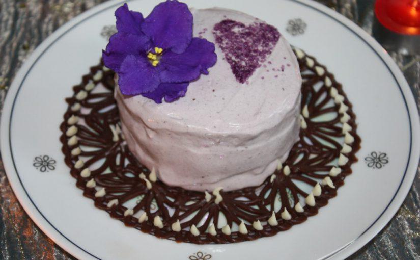 Домашнє чорничне морозиво з вершків – десерт на шоколадному блюдці з фіалками
