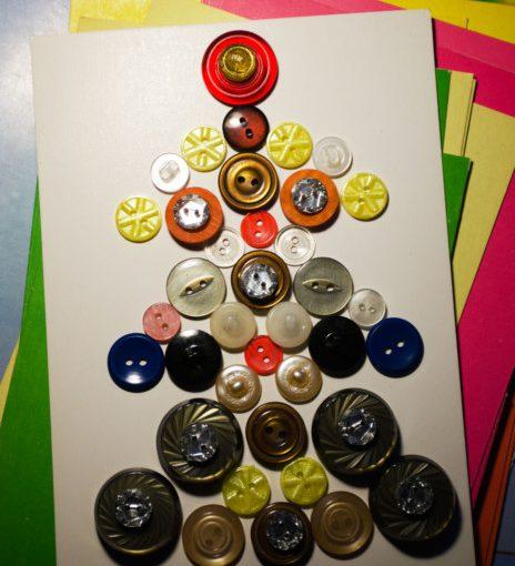 Новорічна листівка з ялинкою з гудзиків на Новий 2020 рік