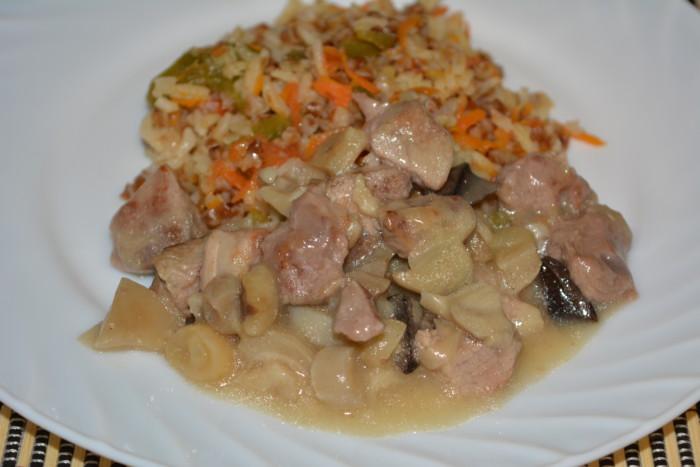 Свинина з грибами в мультиварці – смачне печеня і підлива