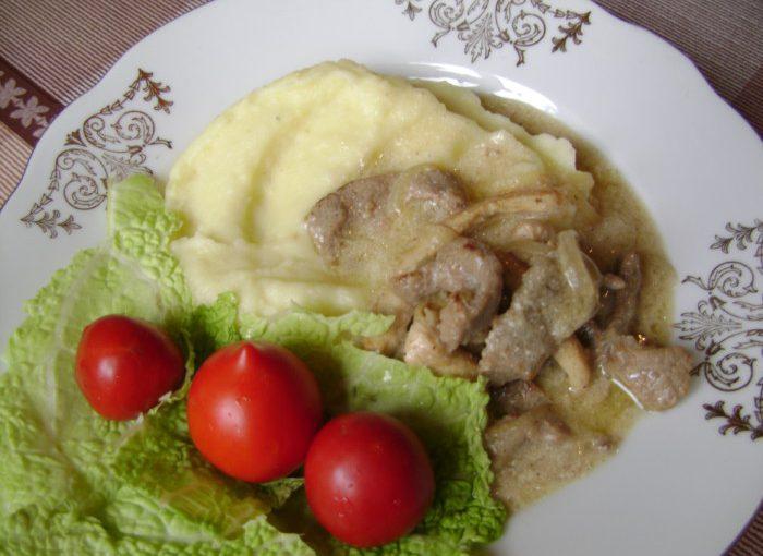 Бефстроганов з яловичини зі сметаною і курячим філе