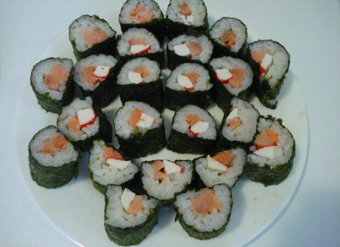 Домашні суші-роли з крабовими паличками і червоною рибою