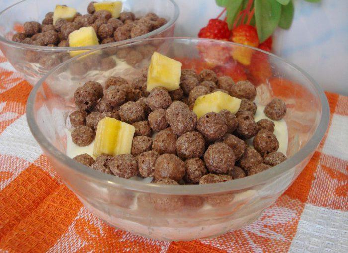 Смачний сирний десерт з бананом і шоколадними кульками