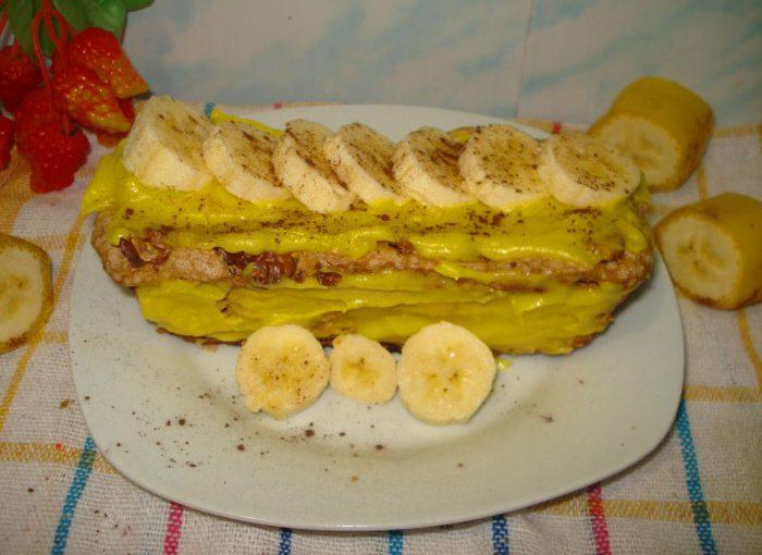 Спокуса – смачний горіховий десерт з безе з кремом та бананами