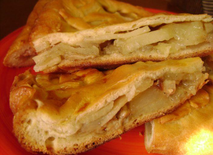 Закритий дріжджовий пиріг з картоплею та грибами
