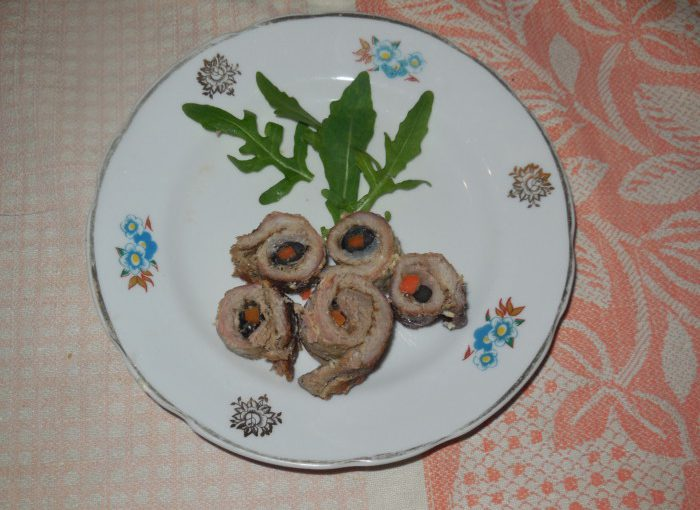 М'ясні рулетики з начинкою з маслин і моркви – м'ясні пальчики на шпажках в духовці