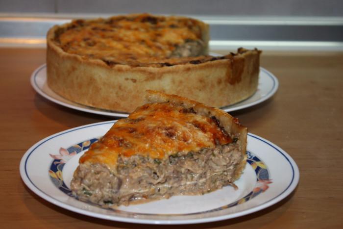Пісочний пиріг з куркою, сиром і горіхами в духовці