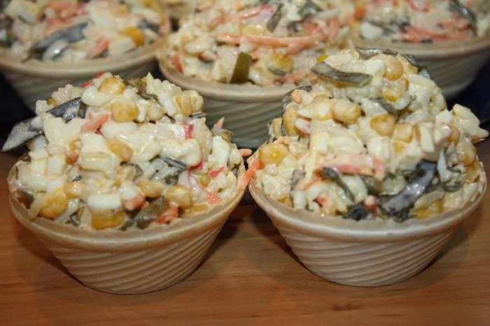 Дуже смачний салат з морською капустою, яйцем і крабовими паличками в тарталетках