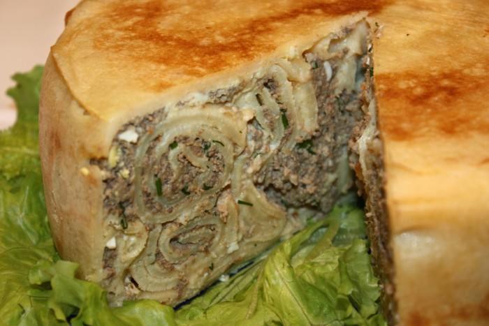 Млинцевий пиріг з м'ясом у духовці