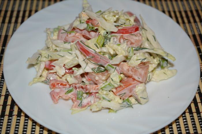 Салат з пекінської капусти з перцем і помідорами