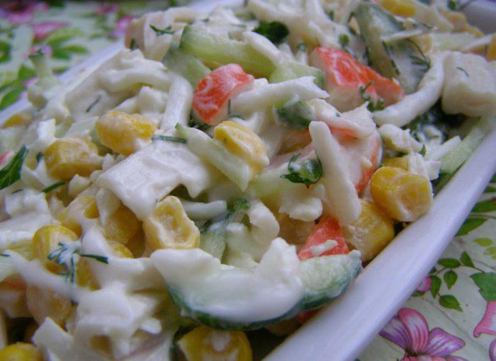 Швидкий крабовий салат з кукурудзою і яйцем