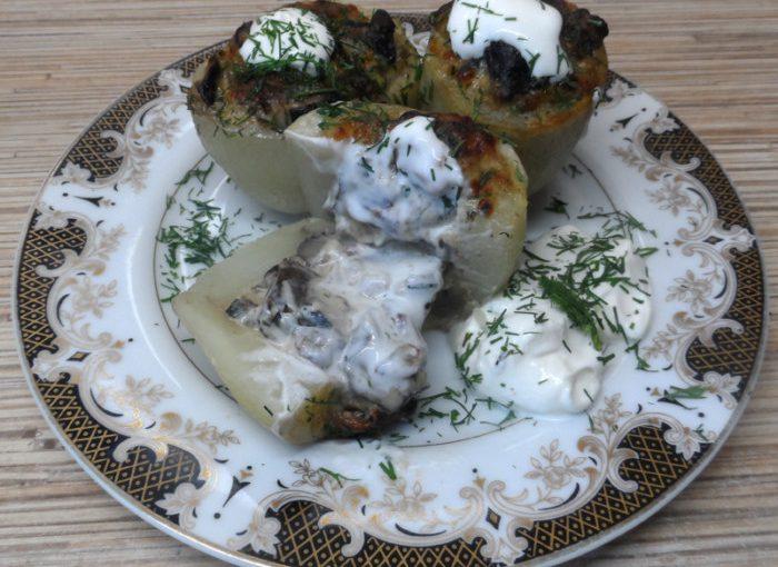 Запечена в духовці картопля фарширована грибами і сиром