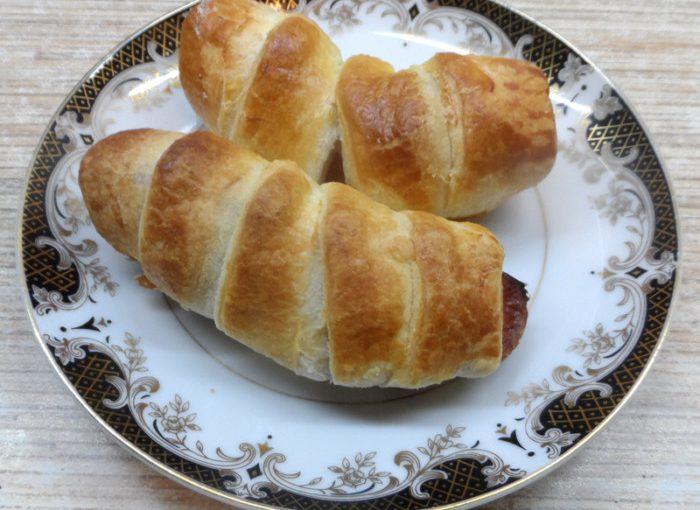 Шпикачки в тісті – швидкі пиріжки з листкового тіста в духовці