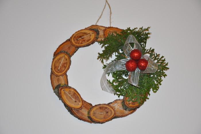 Вінок з дерев'яних спилів своїми руками – новорічна та різдвяна прикраса на двері