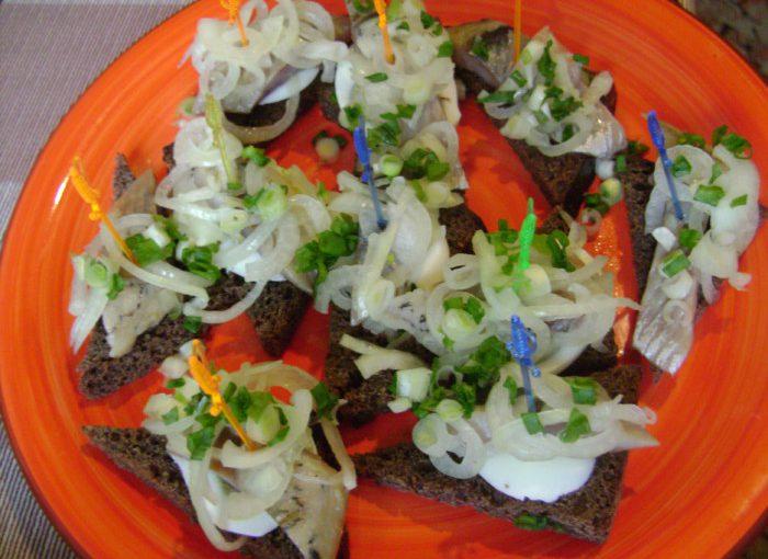 Прості закусочні бутерброди з оселедцем на чорному хлібі