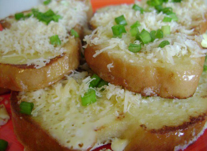Смачні сирні грінки з батона з яйцем і молоком на сковороді