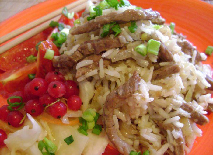 Розсипчастий рис з м'ясом по-китайськи на сковороді