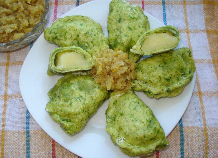 Пишні парові вареники з картоплею з зеленого тіста на кефірі