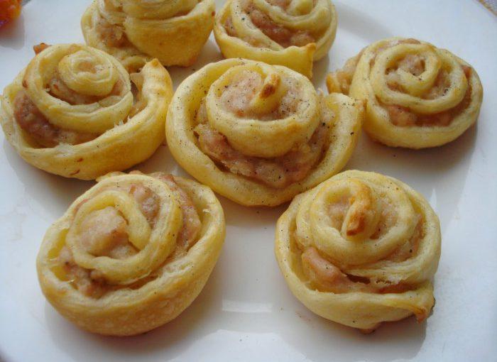 Трояндочки з листкового тіста з фаршем в духовці – красива, смачна та швидка м'ясна закуска