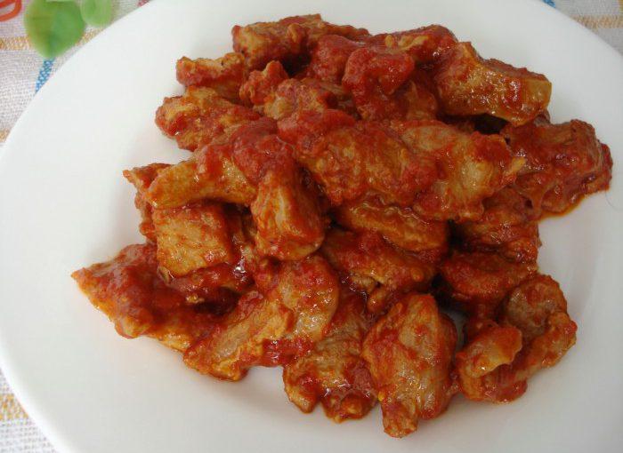 Смачний гуляш з яловичини з томатом на сковороді