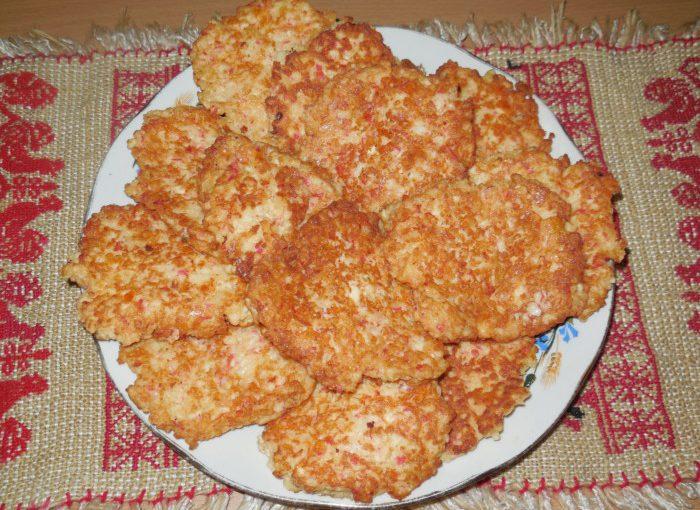 Закусочні оладки з крабових паличок з сиром плавленим – крабові оладки без борошна