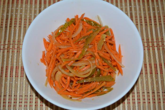 Смачний салат з корейською морквою і маринованими огірками