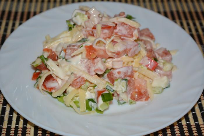 Смачний слоєний салат з крабовими паличками, помідорами і сиром