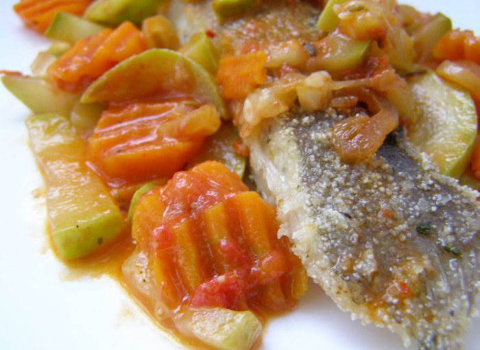 Камбала смажена на сковороді з овочами та томатним соусом