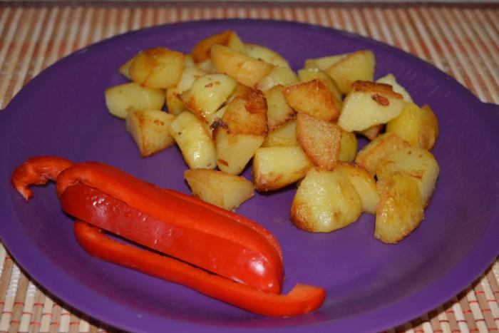 Смачна відварна картопля в мундирі обсмажена на сковороді