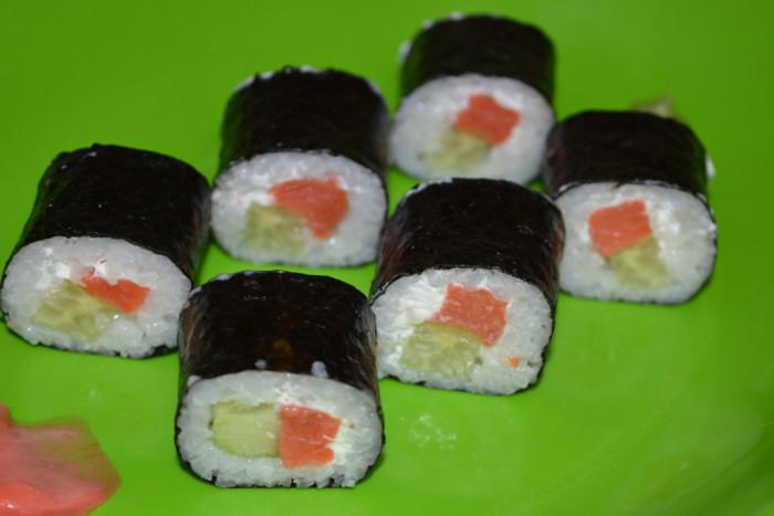 Домашні роли з червоною рибою, сиром і огірком