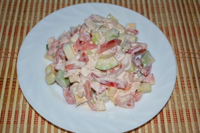 Дуже смачний салат з авокадо, курячою грудкою, сиром і овочами