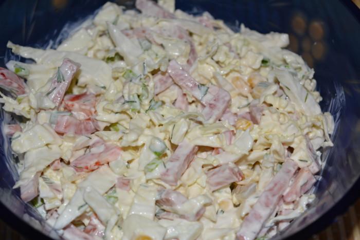 Салат з пекінської капусти з кукурудзою, ковбасою та перцем