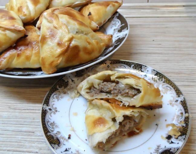Узбецька самса з листкового тіста або пиріжки з м'ясом