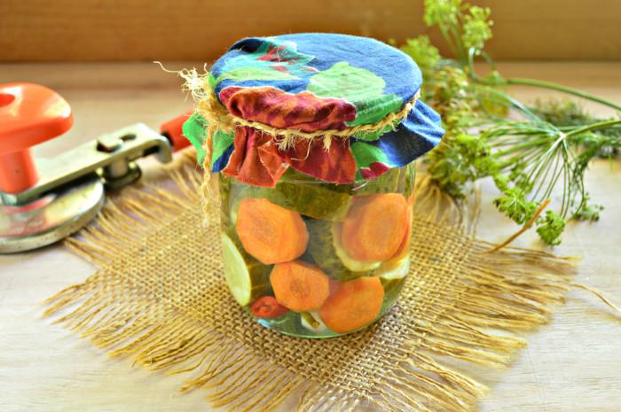 Смачні мариновані огірки з морквою на зиму