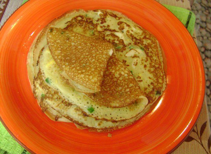 Закусочні млинці з сиром, яйцем та зеленою цибулею у тісті – пухкі та з дірочками