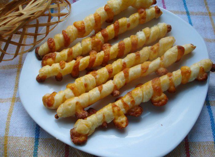 Хрусткі сирні палички в листковому тісті