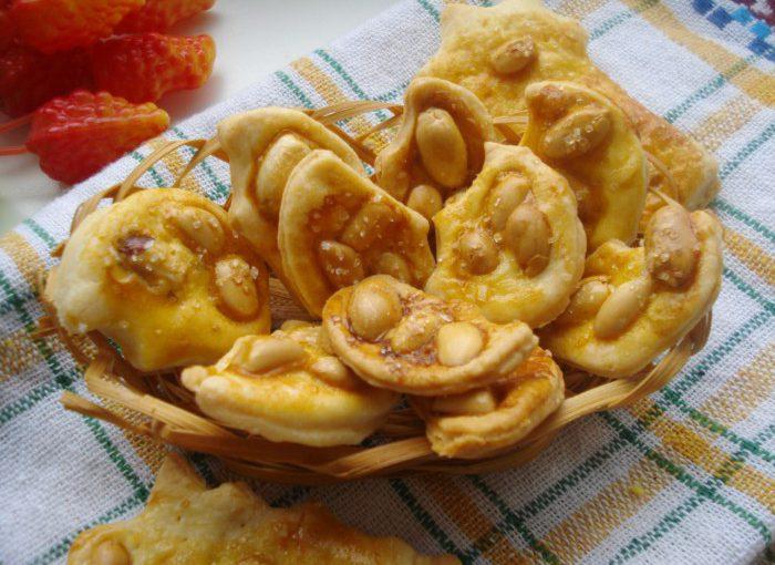 Швидке печиво з листкового тіста з цукром і арахісом