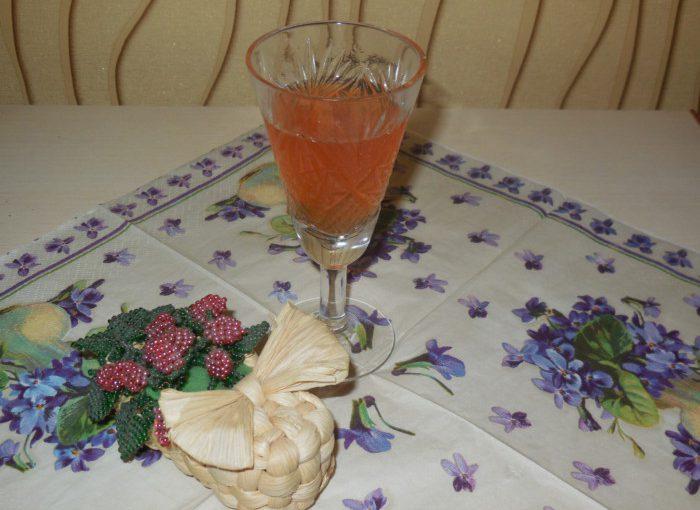 Домашня сливова настоянка з медом і корицею
