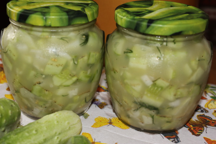 Гострий салат з огірків на зиму