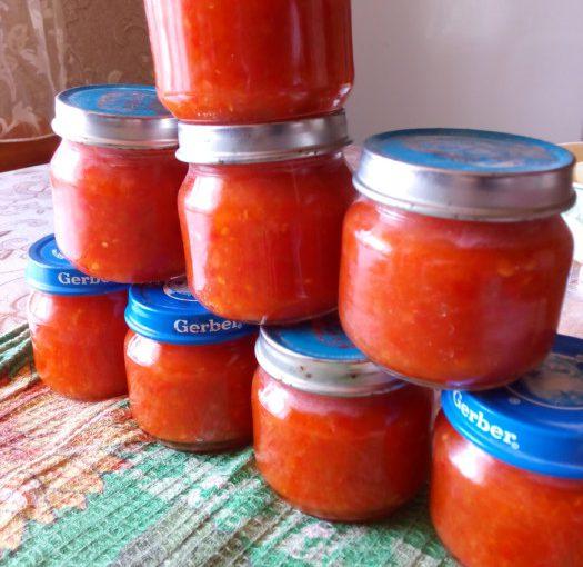 Гостра аджика з помідорів, перцю і часнику на зиму