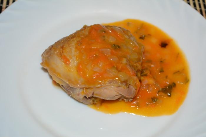 Курячі стегна тушковані в соусі з маринованих огірків