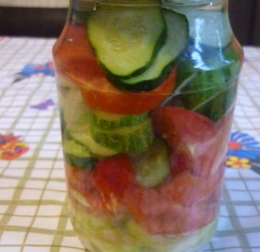Консервований салат з помідорів і огірків на зиму – смачний та простий