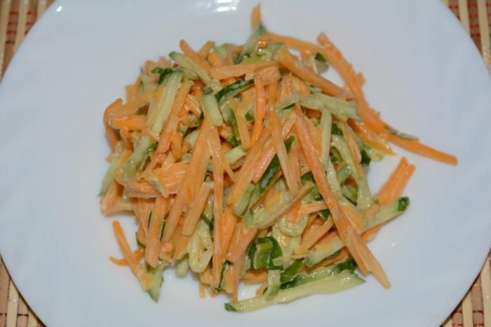 Смачний салат з гарбуза і огірків з соусом з гірчиці і майонезу