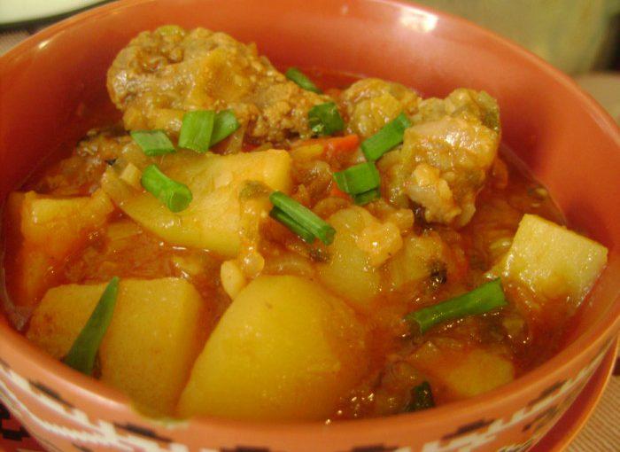 Класичний угорський суп-гуляш з яловичини та овочів