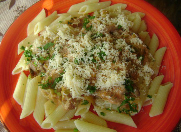 Смачні макарони з грибами, смаженими у сметанному соусі з цибулею пореєм і томатом