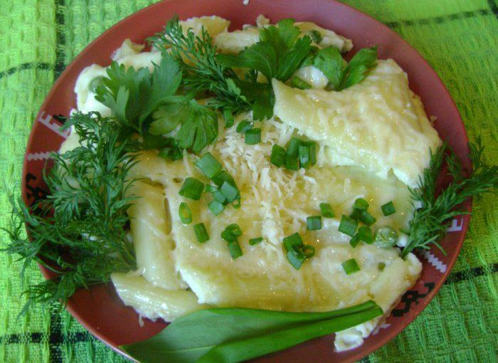 Смачний омлет з макаронами, сиром, зеленим горошком і зеленню
