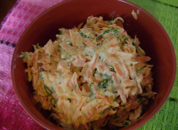 Весняний морквяний салат з черемшею, часником, горіхами, зеленню і майонезом