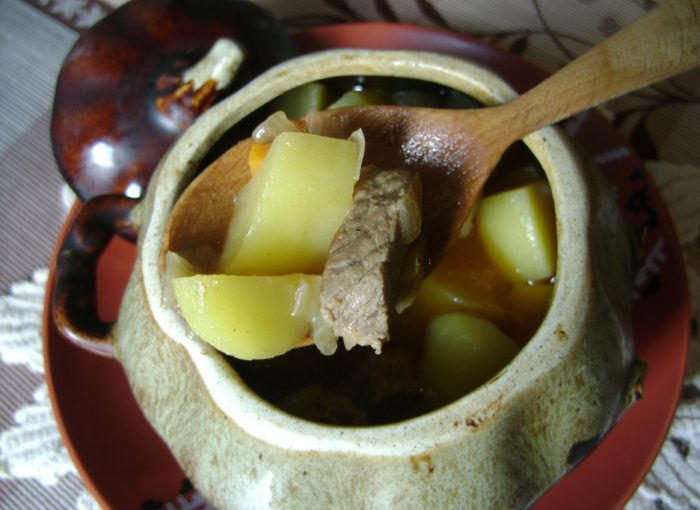 Тушковане м'ясо з картоплею в горщиках в духовці – смачна печеня по-українськи