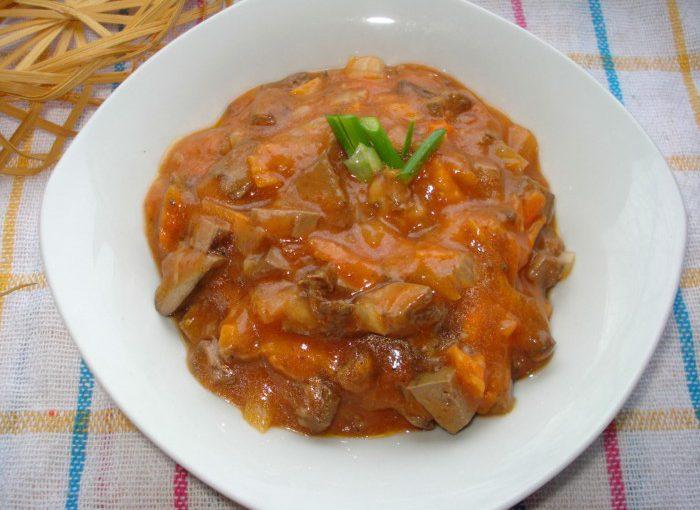 Смачна підлива з печінкою, томатним соком, цибулею і морквою