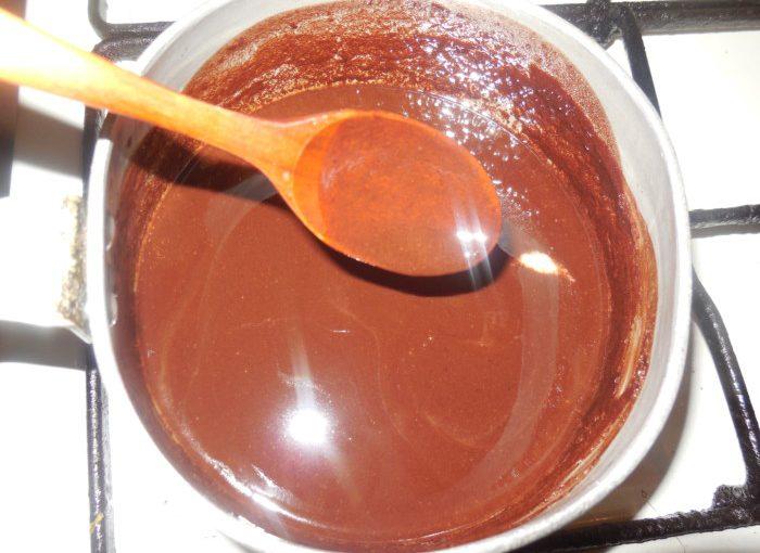 Блискуча шоколадна глазур для торта з шоколаду, на воді та маслі