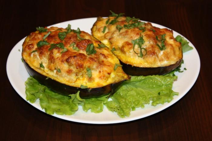 Запечені баклажани фаршировані куркою, овочами і сиром